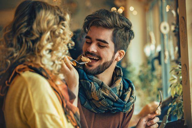 Kulinarische Stadtführung Düsseldorf – Paar isst zusammen