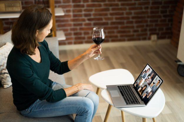 Online-Firmenfeier-Frau-stößt an