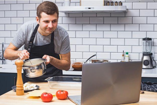 Online-Firmenfeier gemeinsam zu Hause virtuell kochen
