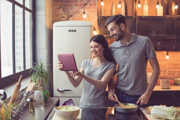 Online Kochkurs – Paar kocht zuhause zusammen