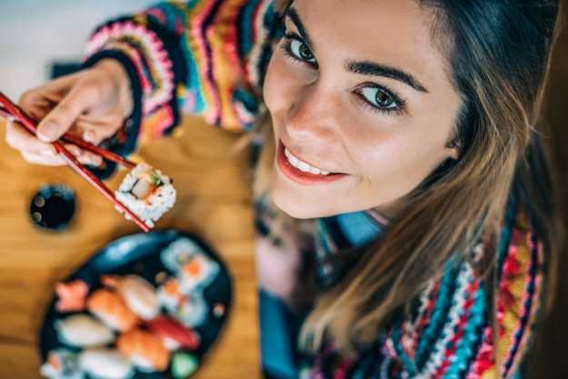 Sushi-Kurs Nürnberg – Frau isst Sushi