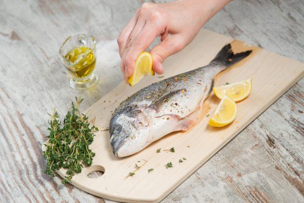 Fisch-Kochkurs Nürnberg - Fisch mit Zitrone beträufeln