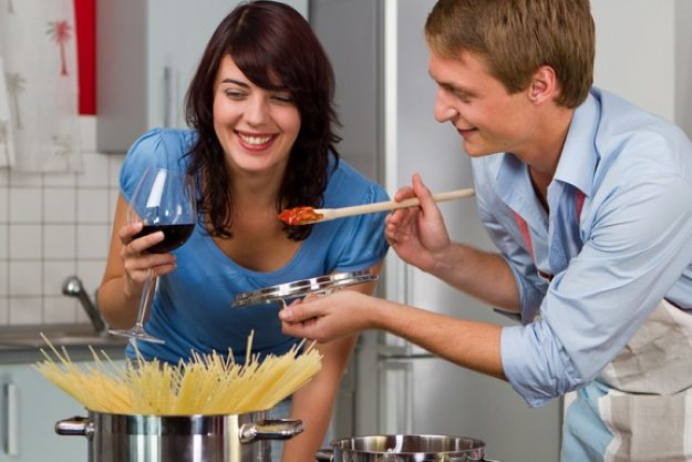Teambuilding-Kochkurs Nürnberg - Mann und Frau kochen