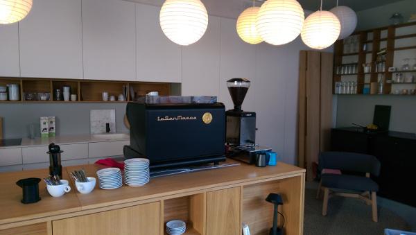 kaffee mit milchschaum verzieren in unserem barista kurs. Black Bedroom Furniture Sets. Home Design Ideas